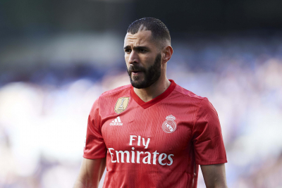 Karim Benzema stars as Real Madrid move joint-top.
