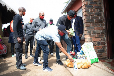 Tongaat Hulett distributes food hampers to struggling households in WC, KZN & Gauteng.